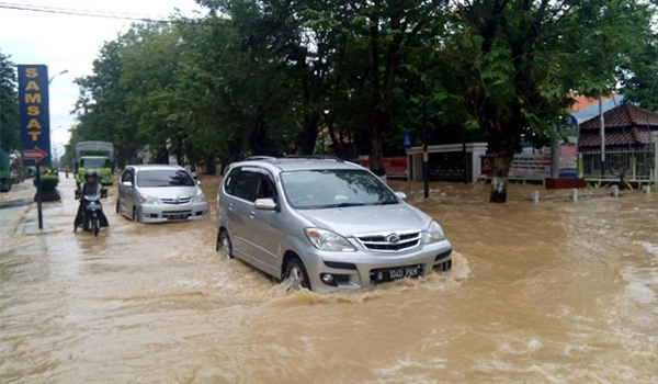 Tips Mengendarai Mobil Menerjang Derasnya Air Saat Terjebak Banjir
