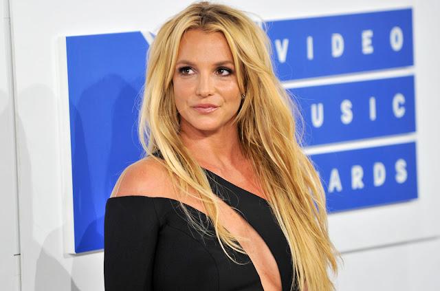 Britney Spears amenaza con demandar a revista por artículo sobre su presencia en los VMAs.