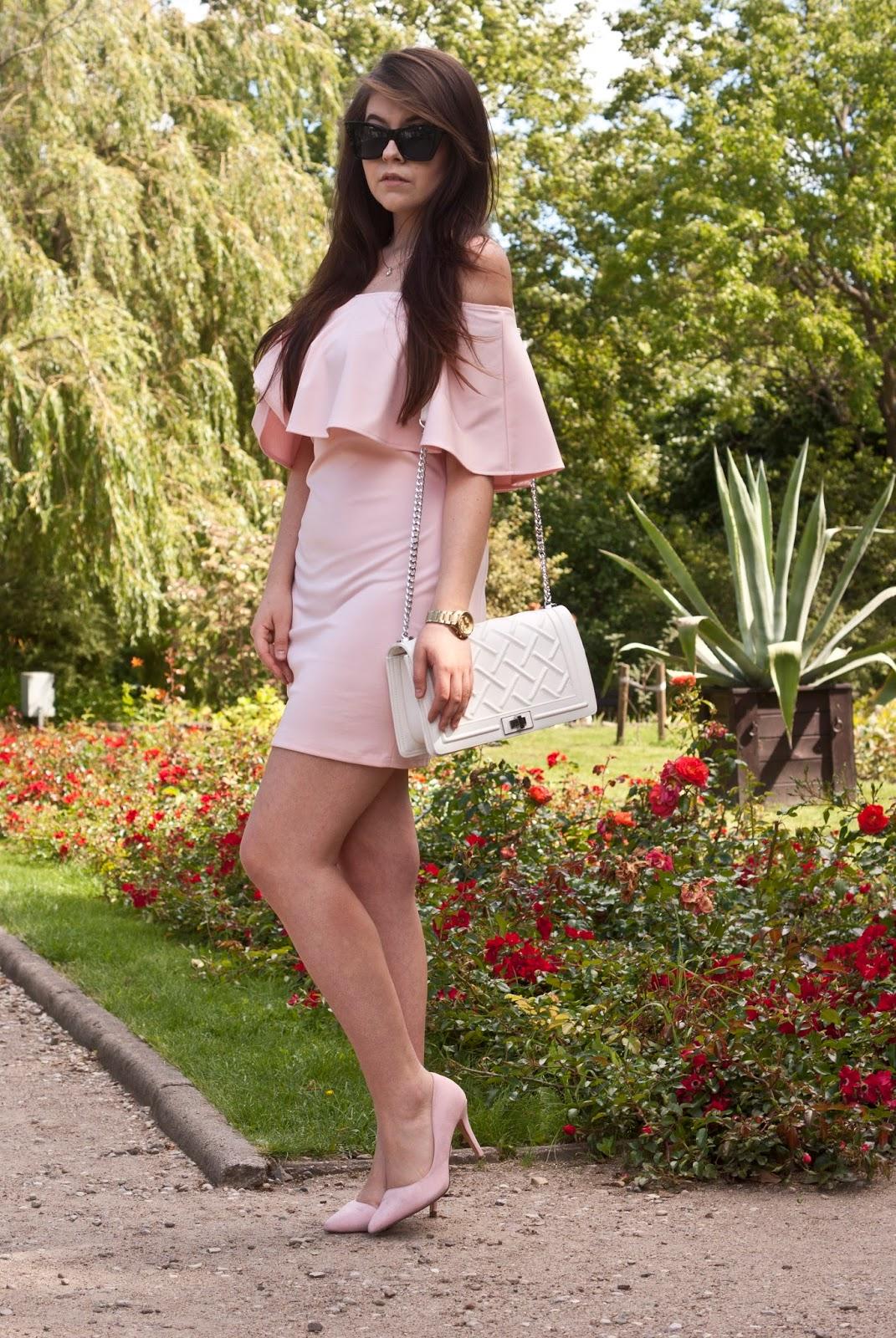 Pudrowo różowa sukienka z odkrytymi ramionami vubu.pl Biała torebka stylowebuty.pl / Pink dress off shoulder and white bag