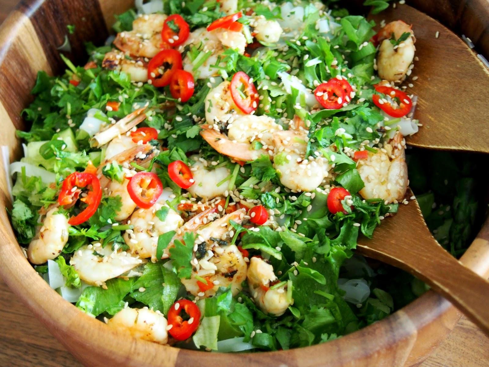 pawn, shrimp, king pawn, noodle, jättikatkarapu, katkarapu, chili, sesame, seed, seesamin, siemen, salaatti, frice, salad, bowl, kulho, wooden, puinen, casa, ottimet, marinoitu