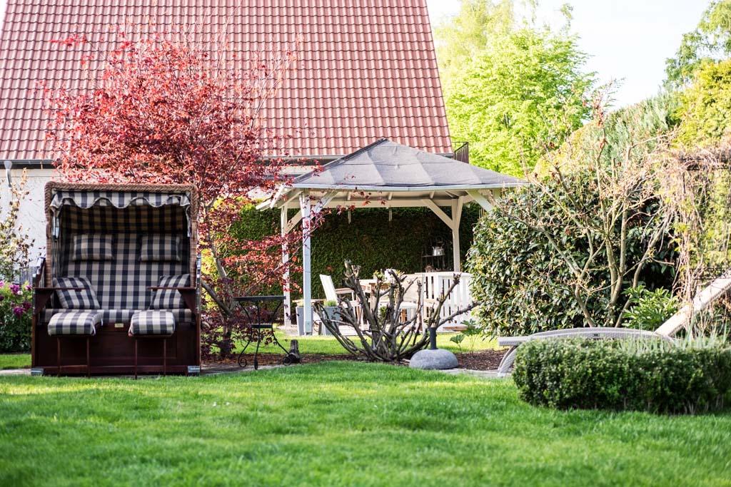 www.fim.works | Lifestyle-Blog | Garten mit Pavillon aus Holz, Strandkorb, japanischer Ahorn, Sträucher, Buchsbaumhecke