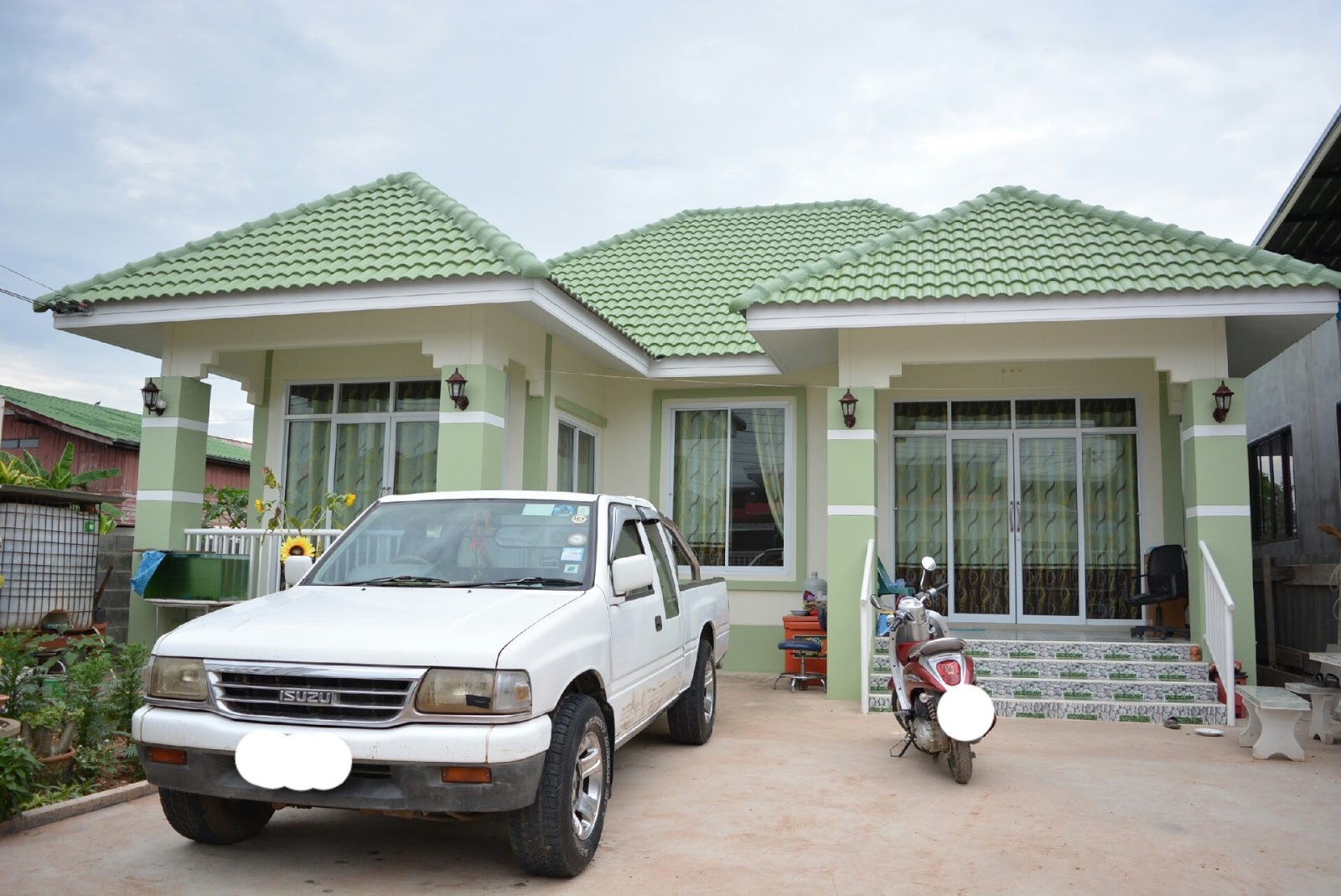 A single-storey house is a popular home choice. It is simple, economical, and convenient for the young and old alike. These are the examples of single-storey houses that consists of 3 bedrooms, 3-4 bathrooms, living area and a kitchen.
