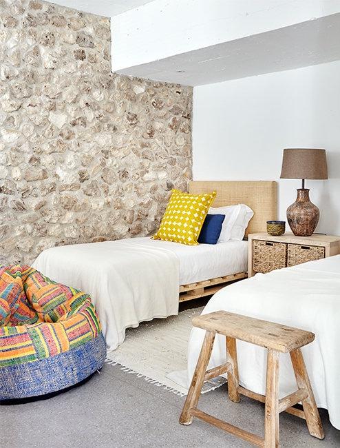 dormitorio con camas de pales