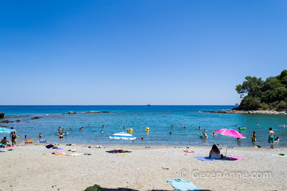 Sığ, dalgasız ve kumluk Phaselis antik kentinin plajlarında denize girmek mümkün, Kemer Antalya