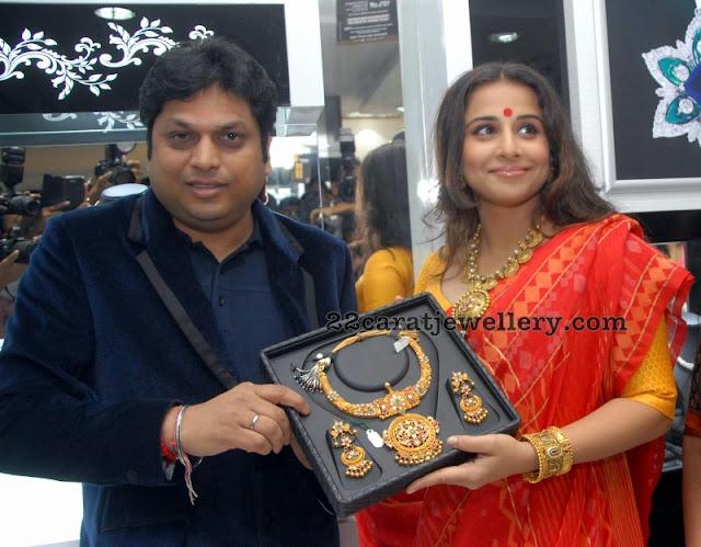 Vidya Balan Showcasing Kundan Necklace