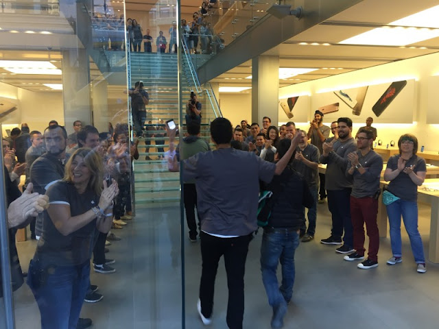 Compradores do iPhone 6s em San Francisco nesta manhã - News Of The World