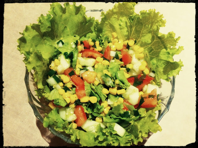 letnia kolorowa salatka z sosem vinaigrette kukurydza pomidorami ogorkami i salata
