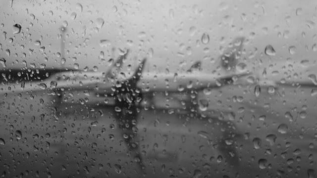 Foto pemandangan dengan foreground butiran air dari jendela pesawat
