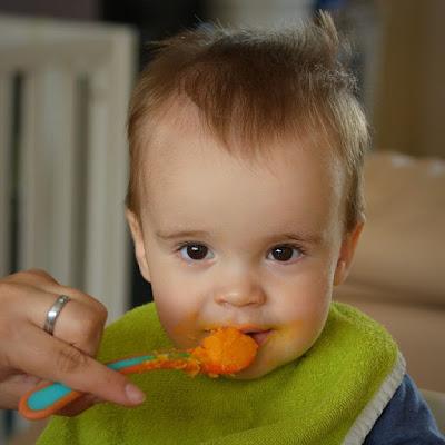 Kind isst Karottenbrei