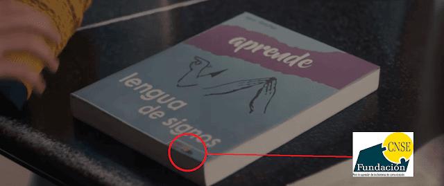 """Portada del libro """"Aprende lengua de signos"""" en el vídeo musical de Pablo Alborán con un logotipo muy similar al de la Fundación CNSE"""