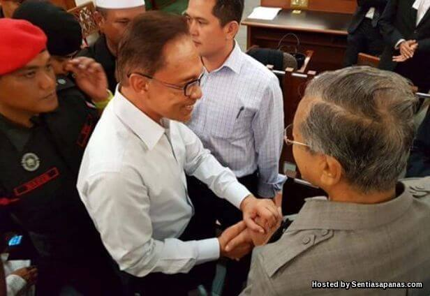 Anwar Dan Mahathir Akhirnya Berjabat Tangan