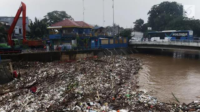 banjir-dan-sampah-di-pintu-air-manggarai
