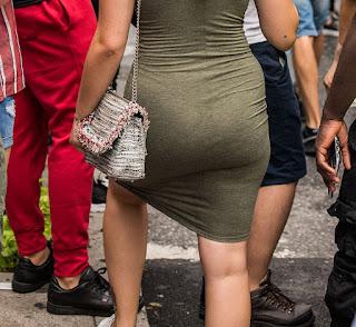sexy rubia vestido entallado