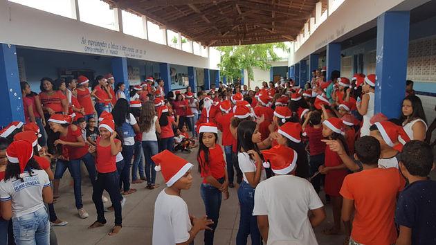 Escolas Municipais de Delmiro Gouveia realizam comemorações natalinas com distribuição de brinquedos e cestas alimentares