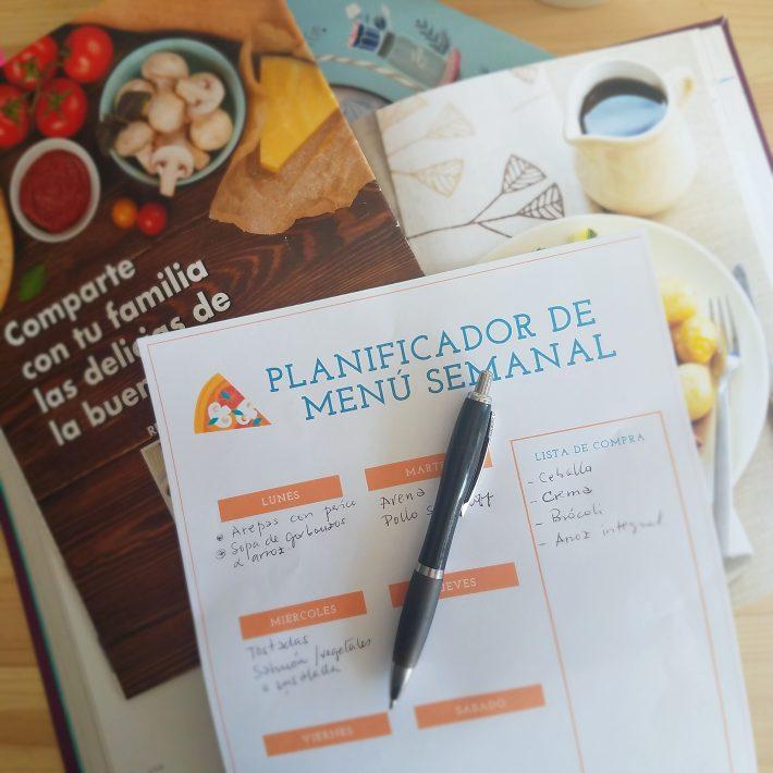 Libros y documento sobre una mesa: planificador de menu semanal