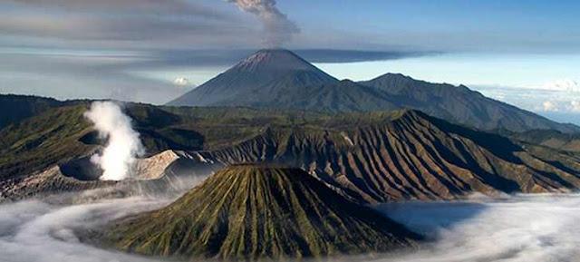 ilustrasi Daftar gunung berapi di Indonesia yang masih aktif