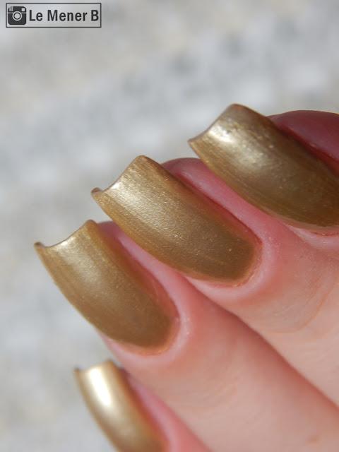 esmalte dourado nas unhas