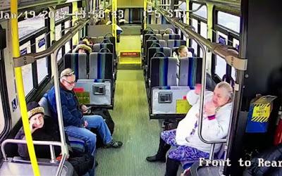 Φορτηγάκι διεμβολίζει λεωφορείο (Video)