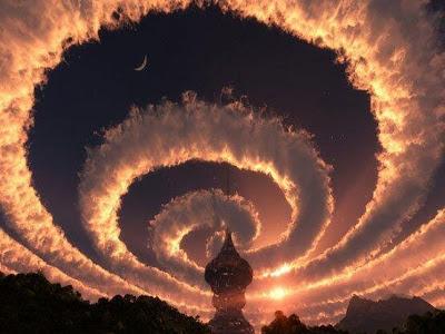 Espiral de nube en el cielo. Un Iridiscente nube en Himalaya