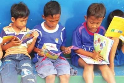 Membaca buku adalah kebiasaan baik yang bermanfaat bagi kehidupan anak kelak 4 Cara Membuat Anak Gemar Membaca
