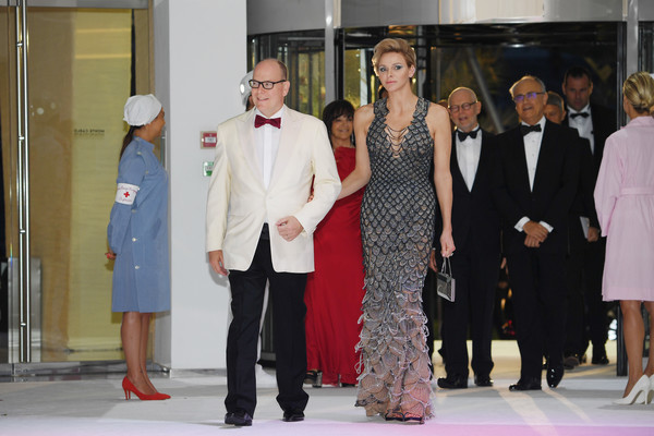 La princesse Charlene en une robe de soirée fourreau sexy