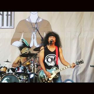 gambar foto iwan fals gitar panggung kita papua