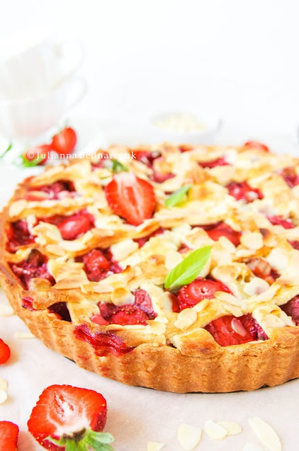 Tarta z truskawkami i rabarbarem