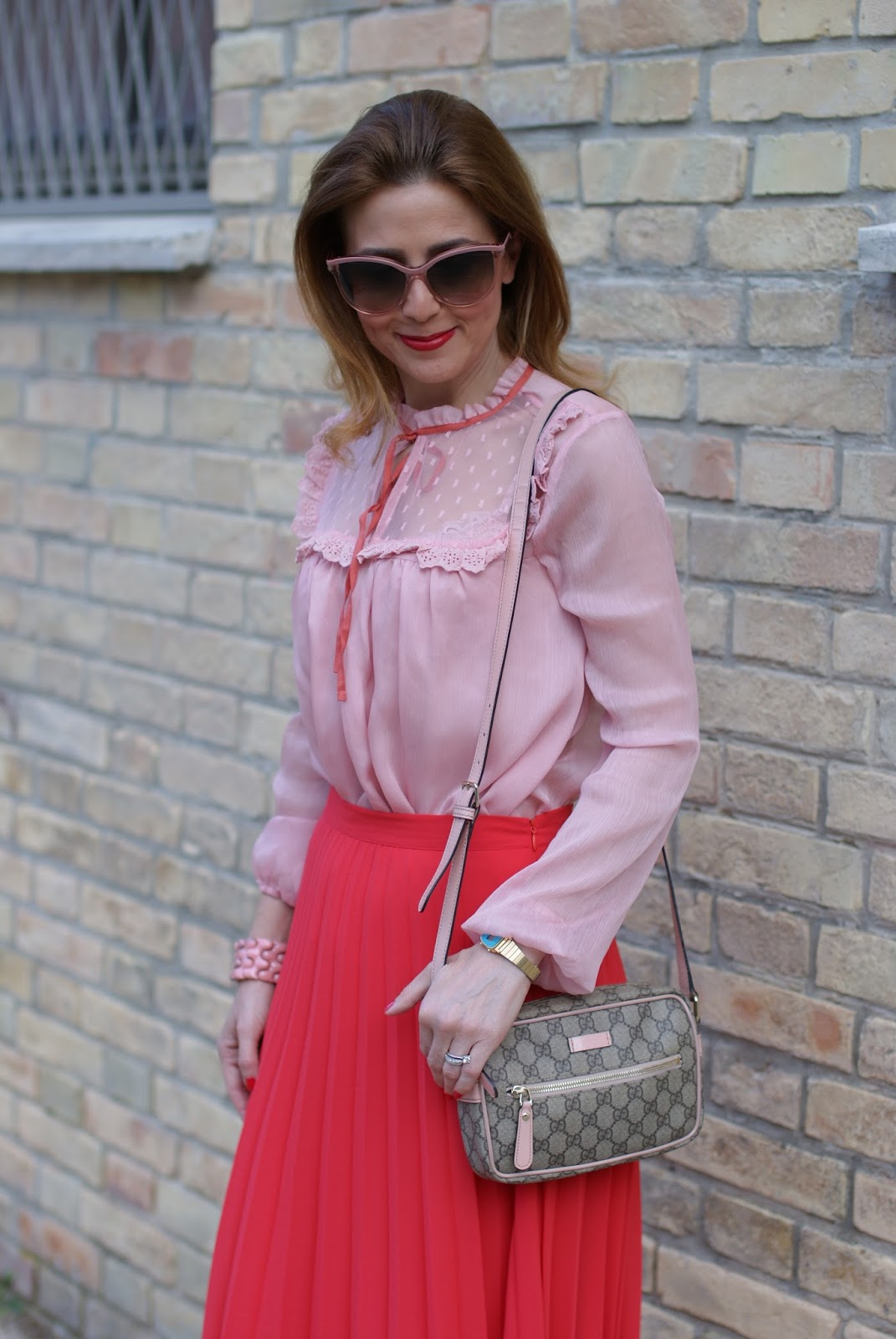 Camicia rosa con nastro al collo OVS e tracollina Gucci su Fashion and Cookies fashion blog, fashion blogger style