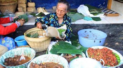 Nenek Penjual Nasi (Hidup untuk mencari Uang)