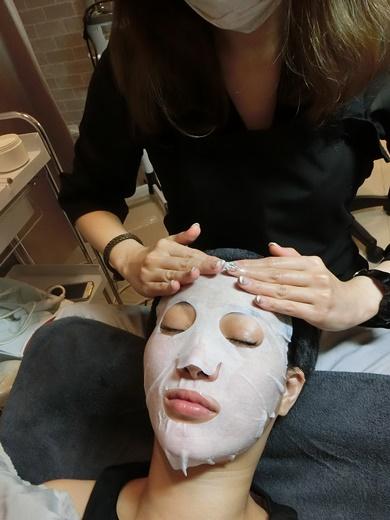 所以我就問我身邊平常有在做臉的朋友,能不能把高雄這邊效果真的很明顯的,有專業V臉療程的店家介紹給  我!朋友真不真心就看這時候~哈!我朋友她很義氣把她固定在高雄做臉的顏之鑽美容SPA林森店分享給我