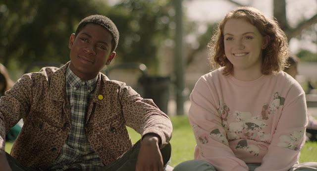 RJ Cyler e Shannon Purser na nova comédia adolescente Sierra Burgess é uma loser. Comédia romântica da Netflix com Noah Centineo no elenco.