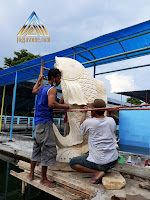 Patung ikan air mancur ukuran besar dibuat dari batu alam paras jogja / batu putih.