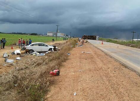 Acidente grave agora entre caminhão e carro na BR 364 deixa mulher gravemente ferida