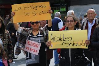 Protesta del colegio La Milagrosa durante la presentación en Herriko Plaza del Gran Premio Euskadi de Superenduro