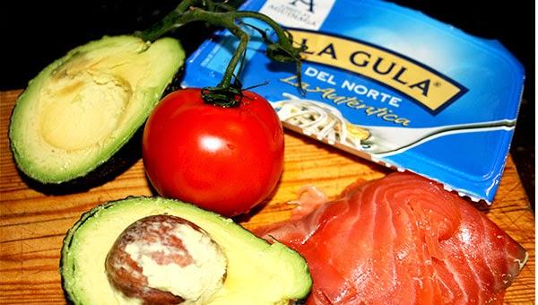 aguacates rellenos de salmon y gulas