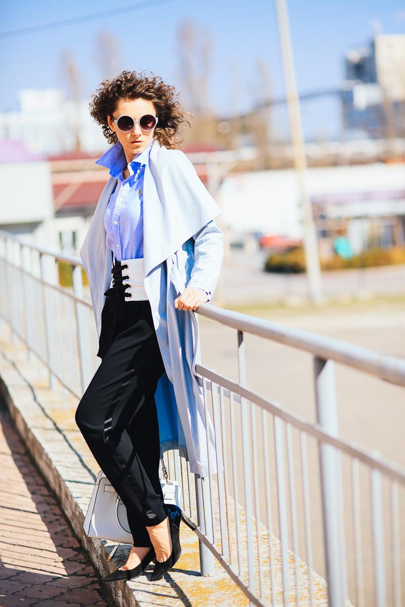 стильное сочетание корсета и брюк