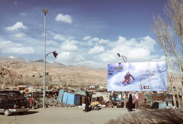 As gigantescas cadeias montanhosas do Afeganistão têm sido, durante séculos, a melhor defesa do país contra as invasões estrangeiras, mas há outras formas de uso.  Desde 2011, o Afghan Ski Challenge (desafio de esqui afegão) ocorre todo ano, de fevereiro a março, nas montanhas de Koh-i-Baba, não muito longe do local onde os talibãs lamentavelmente bombardearam a escultura do Buda gigante feita em rocha, na província de Bamyan, centro do país.