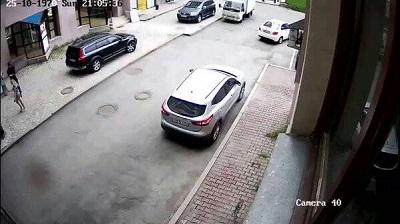 إمرأة ارادت إيقاف سيارتها لكنها تسببت في كارثة