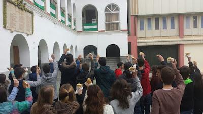 Alumnos del centro disfrutando del desayuno andaluz.