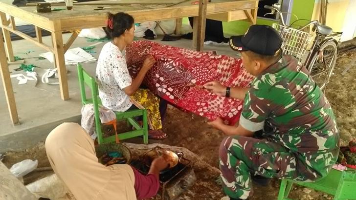 Peduli Potensi Wilayahnya, Babinsa Koramil 05/Nusawungu Motivasi Pengrajin Batik di Wilayahnya