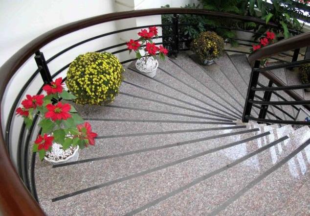 cầu thang ốp đá hồng gia lai