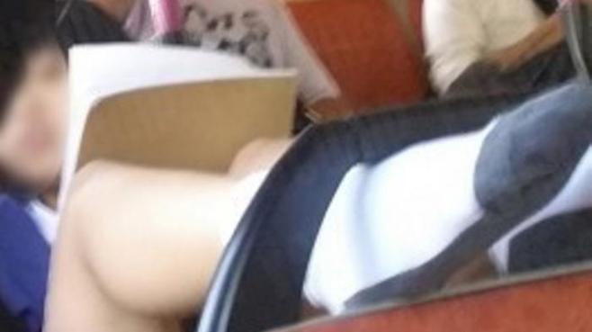 Bikin Heboh! Siswi Sekolah Pakai Rok Mini, Angkat Kaki dan Pamer Paha di Dalam Bus
