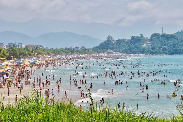 Praia Grande de Ubatuba completamente lotada