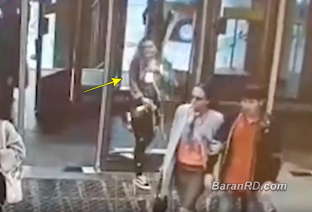 Video: Rompió una puerta de cristal por caminar mirando el celular