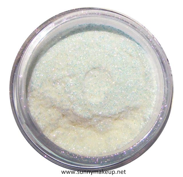Neve Cosmetics - Sisters of Pearl. Ombretto minerale nella colorazione Jellyfish.