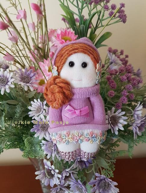 skarpetkowa lalka, lalka ze skarpetki, skarpetki, zabawki ze skarpetki, skarpetkowe zabawki, skarpetkowe wytwory, Calineczka,  mała lalka, papierowe kwiaty, kwiaty z papieru, skarpetki niemowlęce, sock doll, doll with socks, socks, toys with socks, socks toys, socks creations, Thumbelina, a small doll, paper flowers, paper flowers, baby socks, носовая кукла, кукла с носками, носки, игрушки с носками, игрушки для носков, носки, Дюймовочка, кукла, бумажные цветы, бумажные цветы, детские носки, calcetín, muñeca con calcetines, calcetines, juguetes con calcetines, calcetines juguetes, creaciones de calcetines, Thumbelina, una pequeña muñeca, flores de papel, flores de papel, calcetines para bebés, Sockenpuppe, Puppe mit Socken, Socken, Spielzeug mit Socken, Socken Spielzeug, Socken Kreationen, Däumelinchen, kleine Puppe, Papierblumen, Papierblumen, Babysocken, Spring, wiosna, kolorowe guziki, stokrotka, motyl, elf, wiosenne kwiaty, wiatr, wiatr we włosach, dzień matki, mother's day, prezent na dzień matki, życzenia na dzień matki