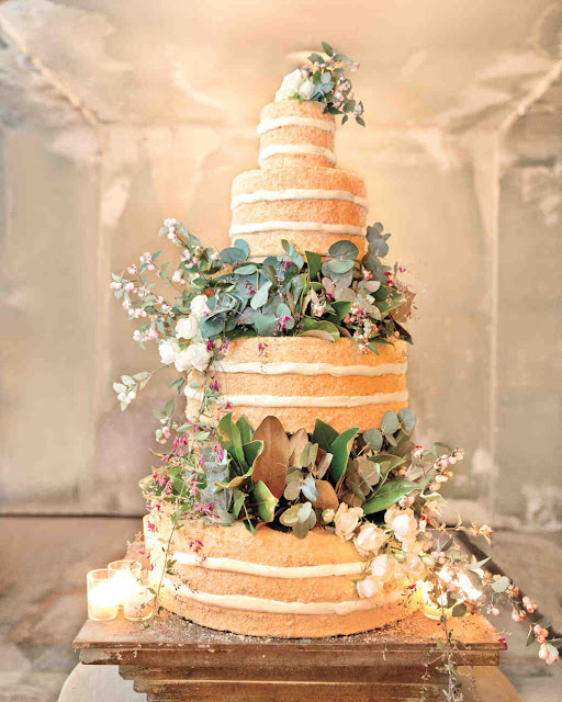 naked cake ozdobiony kwiatami, tort ślubny ozdobiony roślinami