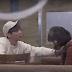 Jonghyun de SHINee le da una sorpresa a una fan en su trabajo