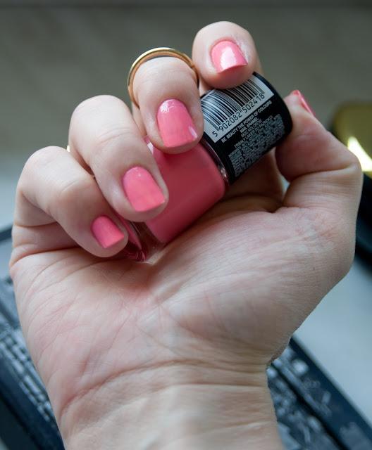 lakiery z Biedronki różowy cukierkowy kolor na paznokcie