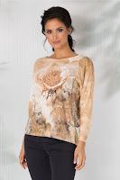 Bluza Nadia are croiul lejer, lungimea usor asimetrica, cu manecile lungi,